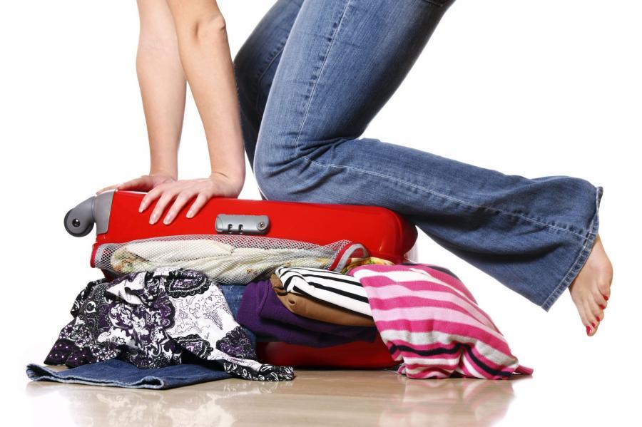 Kobieta pakująca walizkę