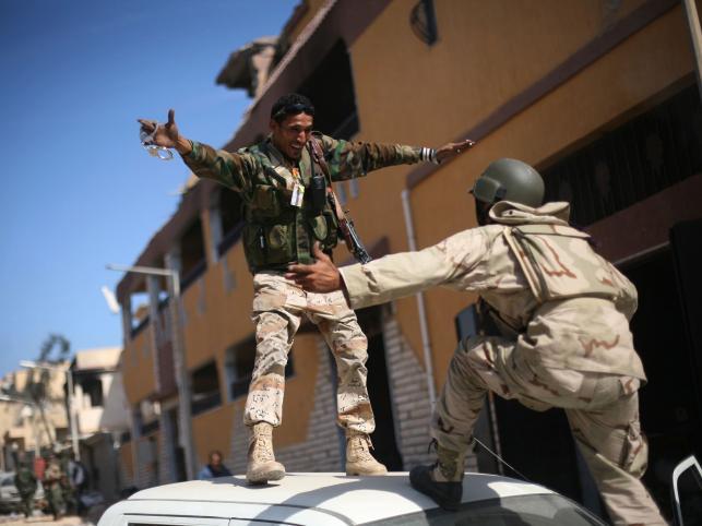 Powstańcy libijscy na ulicach Syrty