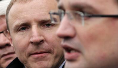 Zbigniew Ziobro i Jacek Kurski podczas konferencji prasowej na rynku w Nowym Sączu
