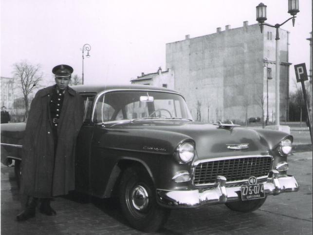 Chevrolet Bel Air z 1955 r. sfotografowany w Warszawie w 1957 roku. Auto ma tablice dyplomatyczne. Przeważnie po kilku latach użytkowania auta z ambasad były sprzedawane osobom prywatnym w drodze przetargu lub przekazywane Motozbytowi