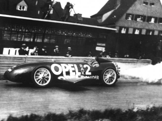 W 1928 roku rakieta Opla bije rekord prędkości na torze wyścigowym Avus w Berlinie. Fritz von Opel osiąga prędkość 238 km/h, prawdziwy, wprost niewyobrażalny w tamtych czasach wyczyn