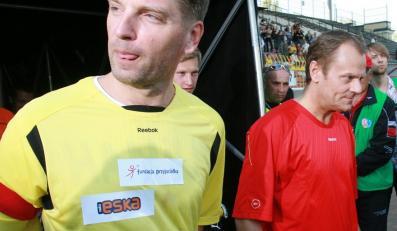 Tomasz Lis i Donald Tusk w czasie meczu piłki nożnej TVP