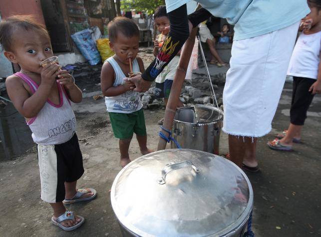 Dzieci kupują lokalny specjał, taho, czyli słodkie tofu
