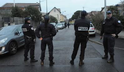 Policjanci przed domem zabójcy