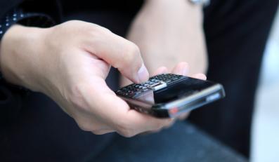 Brytyjskie linie lotnicze jako pierwsze w Europie rozluźnią przepisy zakazujące włączania telefonów komórkowych na pokładach samolotów. Od poniedziałku British Airways zezwolą pasażerom używać komórek zaraz po lądowaniu