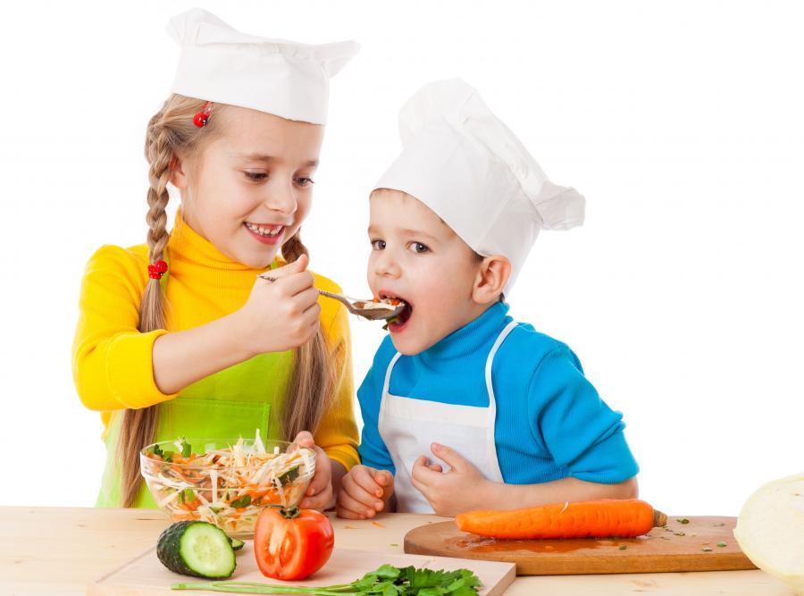 Dzieci przygotowujące posiłek
