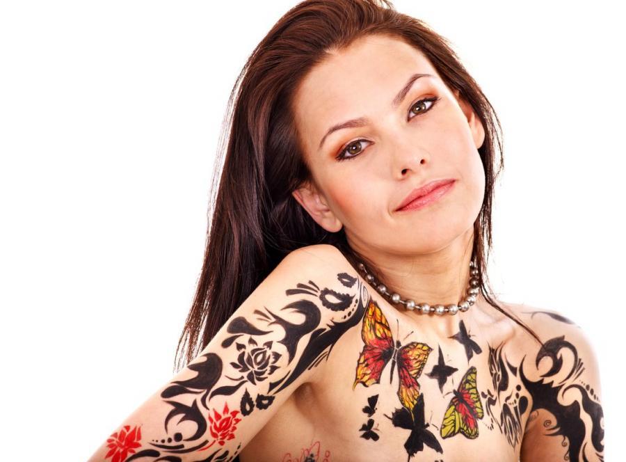 Dziewczyna z tatuażami
