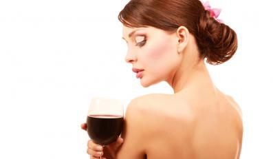 Kobieta z kieliszkiem wina