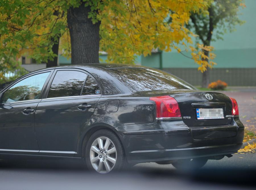 Czarna sejmowa limuzyna, którą jechał prof. Piotr Gliński