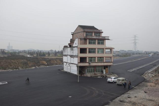 Dom na środku drogi w Wenling w Chinach