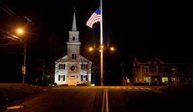 Amerykańska flaga opuszczona do połowy w Newtown
