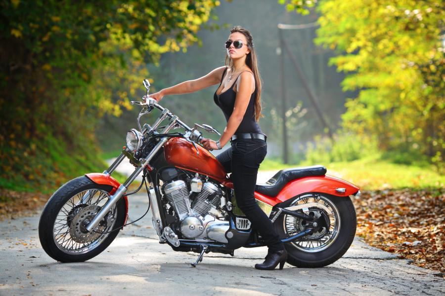 Dziewczyna i motocykl