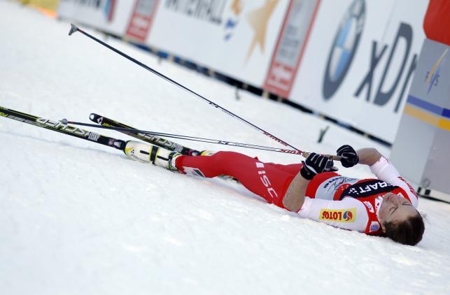 Zmęczona Justyna pada na śnieg po przekroczeniu mety