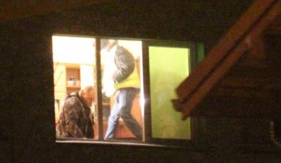 Policyjne oględziny w mieszkaniu, w którym doszło do dramatu