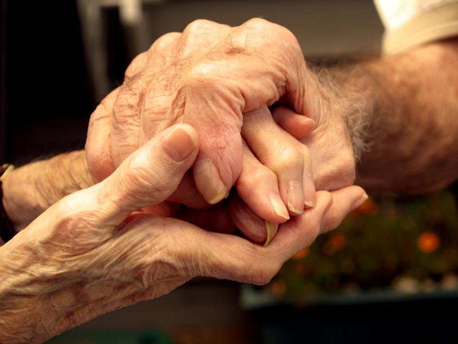 dłonie starszych osób