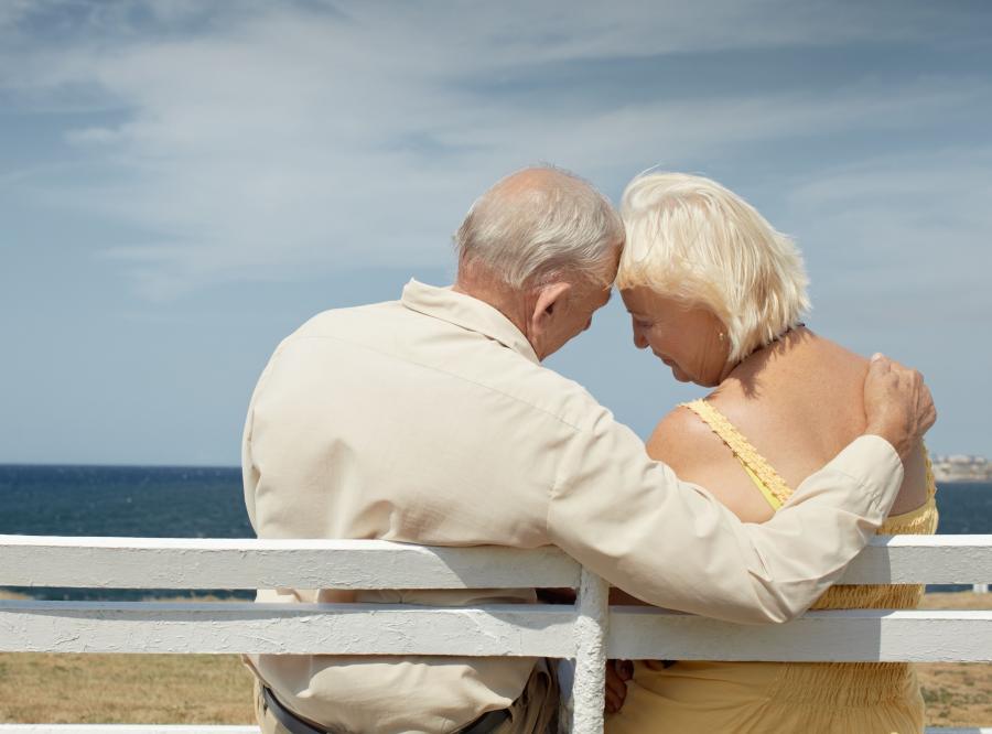 Para seniorów na plaży- zdjęcie ilustracyjne