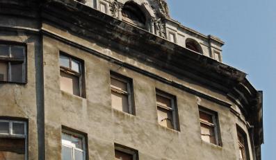 Przedwojenna kamienica na rogu ulic Żelaznej i Złotej w Warszawie