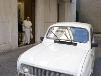 Papież Franciszek i jego nowe papamobile czyli renault 4