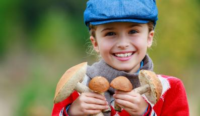 Dziewczynka trzyma grzyby