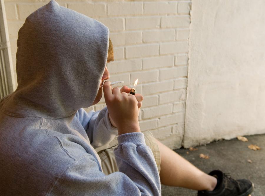 Nastolatek pali mariuanę