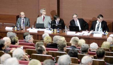 Konferencja naukowa dotycząca przyczyn katastrofy smoleńskiej. Pierwszy z prawej: prof. Jacek Rońda