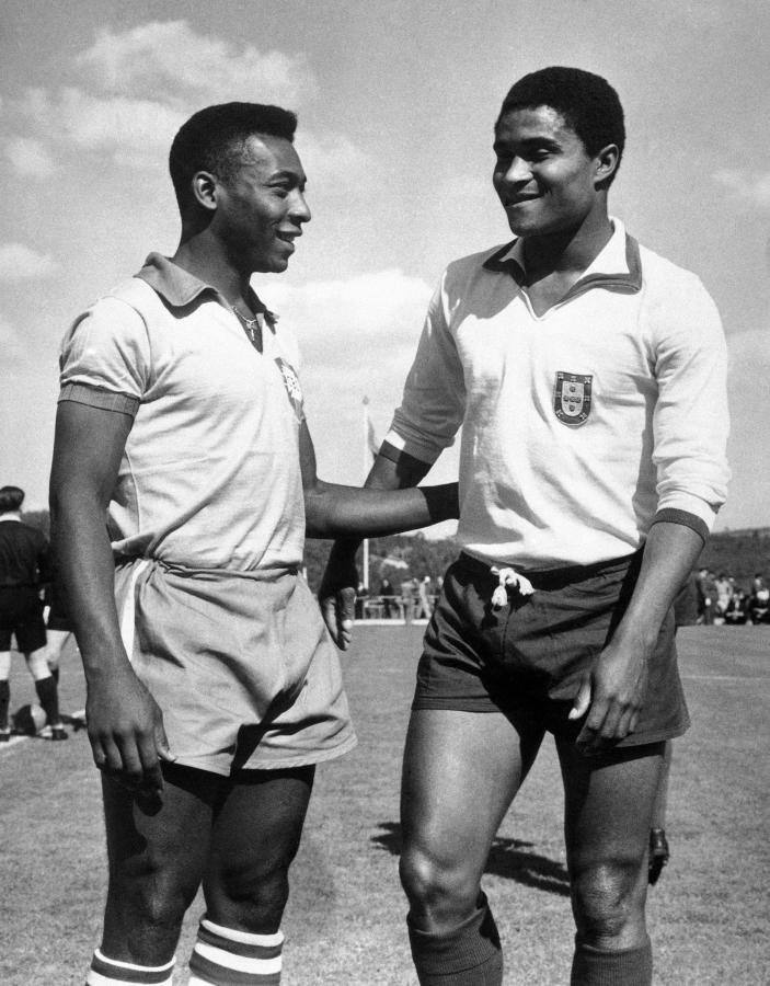 Dwie legendy na jednym zdjęciu - brazylijski piłkarz  Edson Arantes do Nascimento, znany jako Pele (po lewej) i Eusebio
