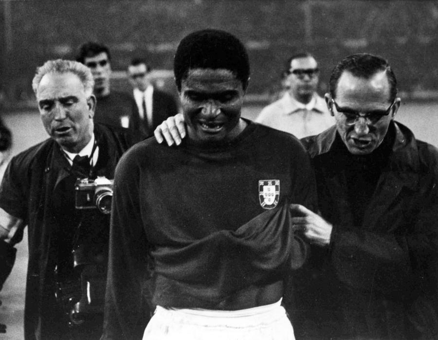 2lipca 1966 roku. Eusebio schodzi z boiska, płacząc po przegranym meczu Portugalia-Anglia w półfinale Mistrzostw Świata. Spotkanie skończyło się wynikiem 2:1