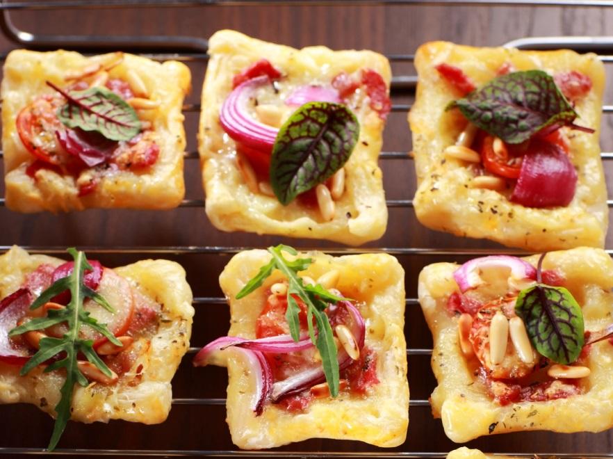 Chrupiące kwadraciki z ciasta francuskiego z żółtym serem