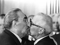 """Trzymali w garści miliony ludzi, ale całowali czule... Komunistyczne """"usta-usta"""""""