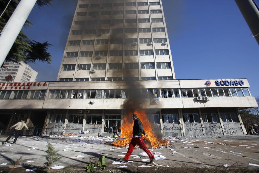 Płonący budynek w Tuzli, w Bośni