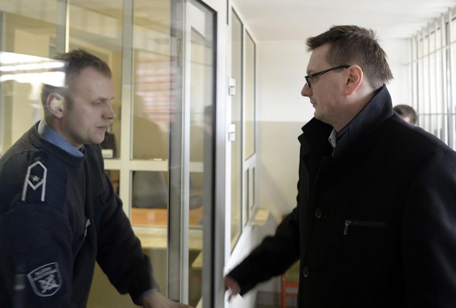 Pełnomocnik Mariusza Trynkiewicza Marcin Lewandowski wchodzi do rzeszowskiego więzienia