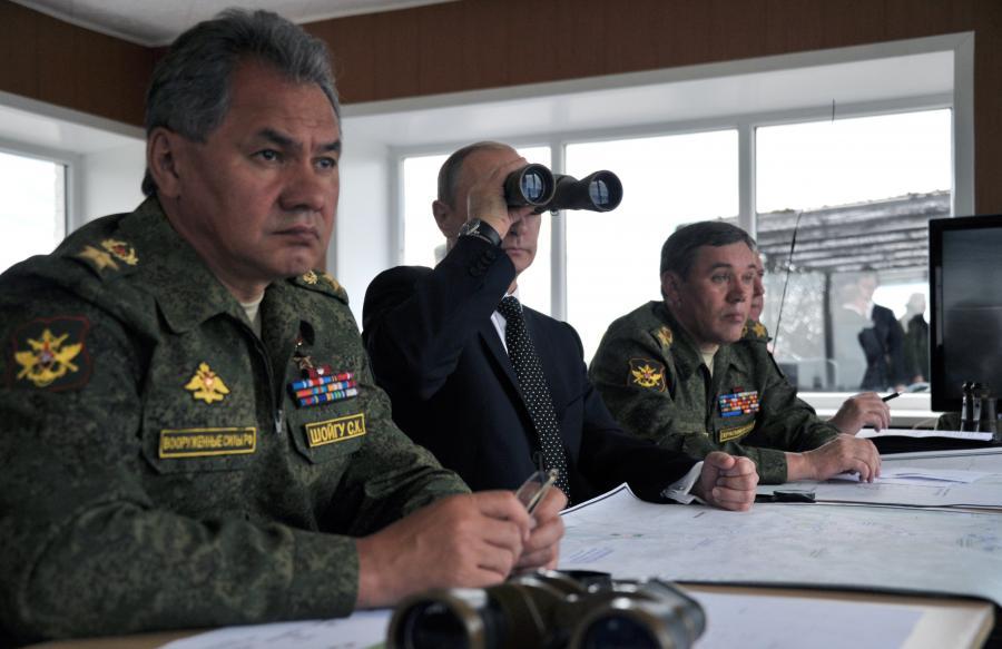 Władimir Putin obserwuje manewry wojskowe przez lornetkę
