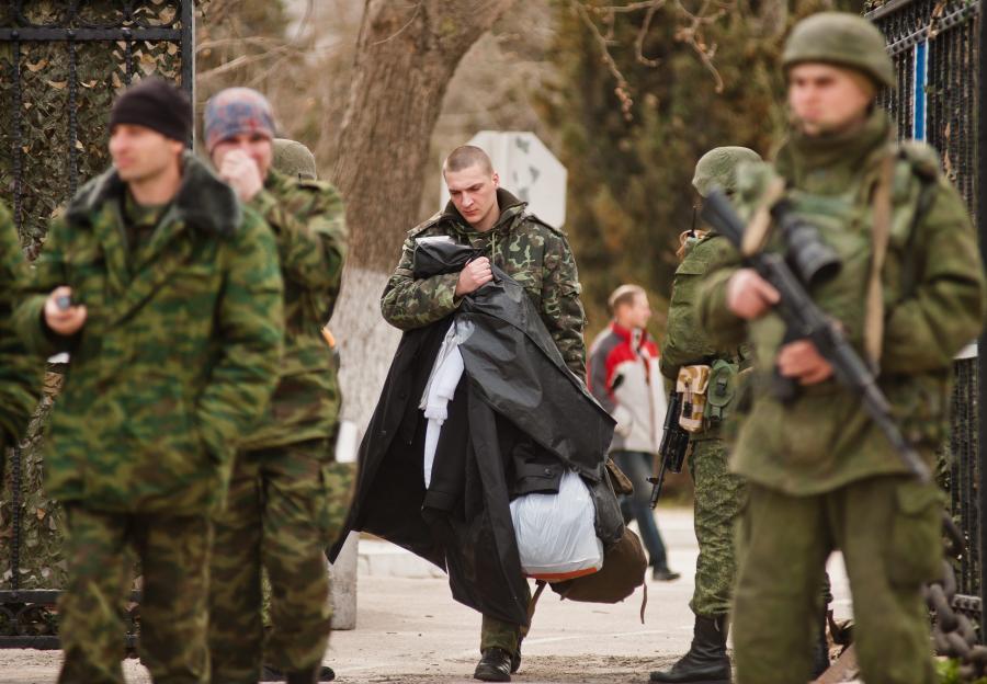 Ukraińscy zołnierze opuszczają jednostki wojskowe