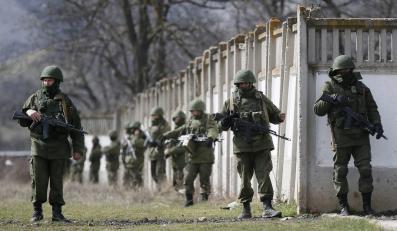 Mundurowi otaczają jednostkę wosjkowa w pobliżu Symferopolu