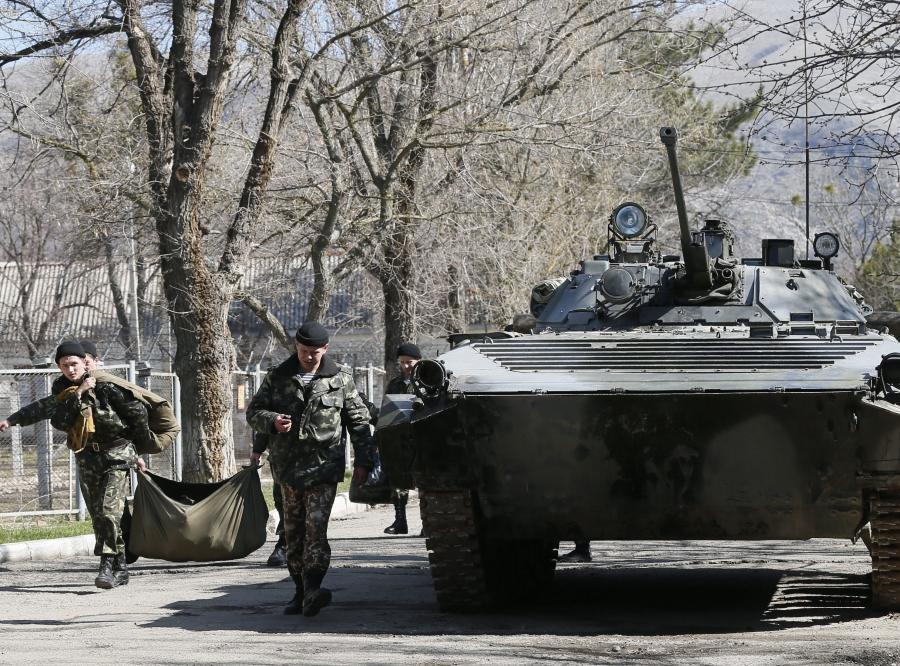 Ukraińscy żołnierze opuszczają bazę wojskową na Krymie