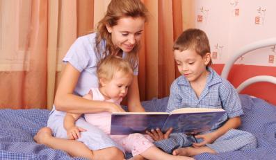 Matka czytająca bajki dzieciom