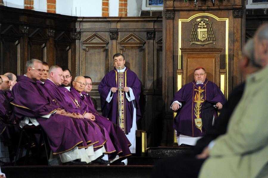 Biskup Antoni Dydycz w czasie mszy w czwartą rocznicę katastrofy smoleńskiej