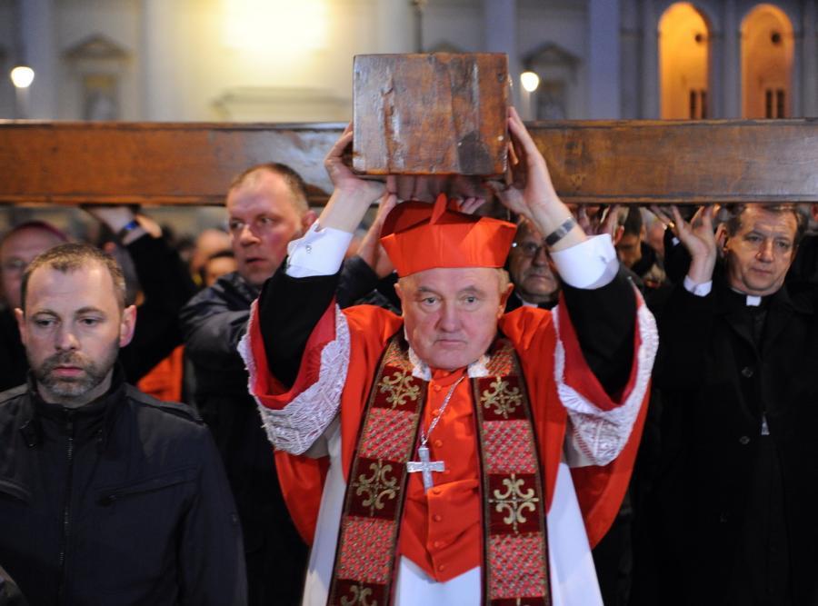 Kardynał Kazimierz Nycz w czasie Drogi Krzyżowej