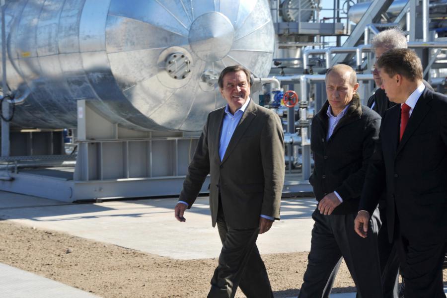 Gerhard Schroeder i Władimir Putin na tle Nord Stream