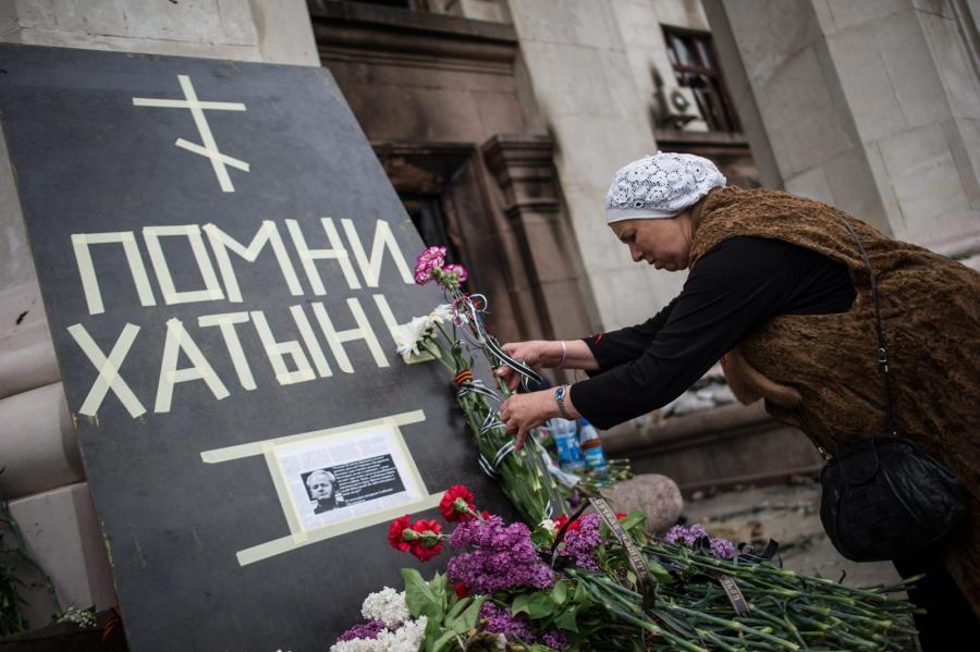 Pamiętaj o Chatyniu - tablica i kwiaty pod domem związkowców w Odessie