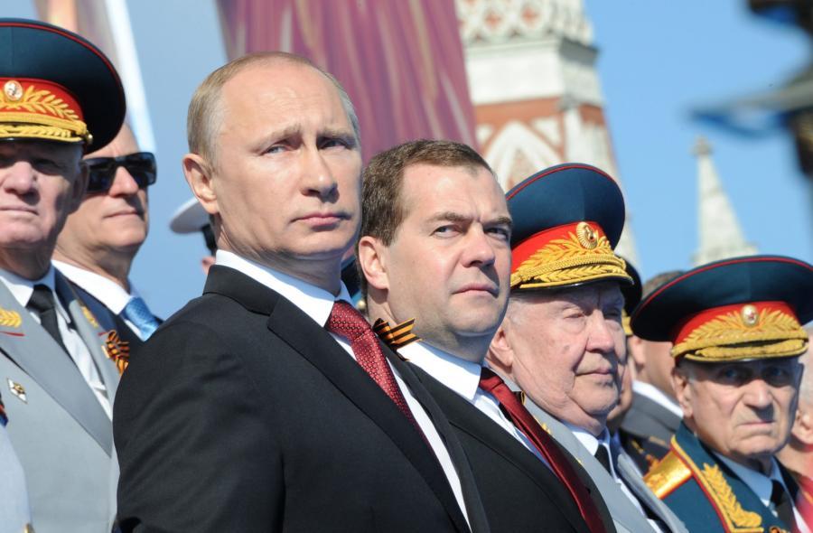 Władimir Putin i Dmitrij Miedwiediew na defiladzie z okazji Dnia Zwycięstwa