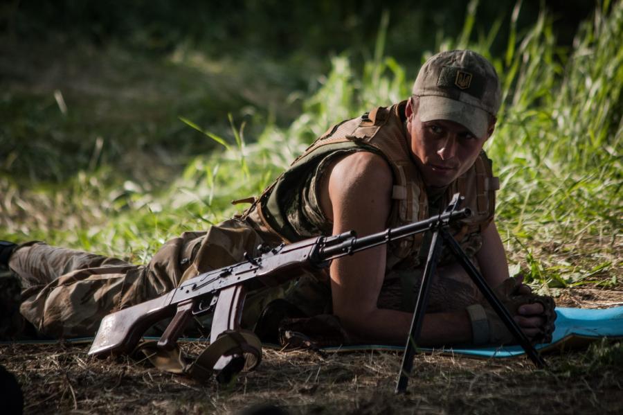 Ukraiński żołnierz odpoczywa niedaleko Mariupola