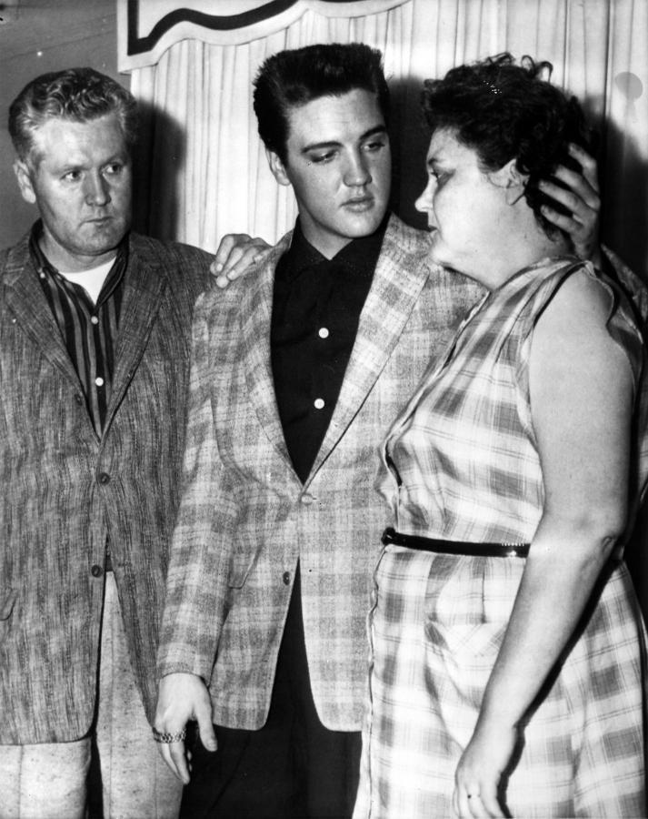 Elvis Presley z matką Gladys i ojcem Vernonem E.