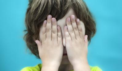 Dziecko zasłania oczy