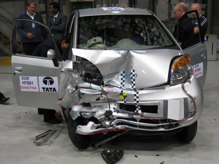 Zobacz masakrę najtańszego auta świata