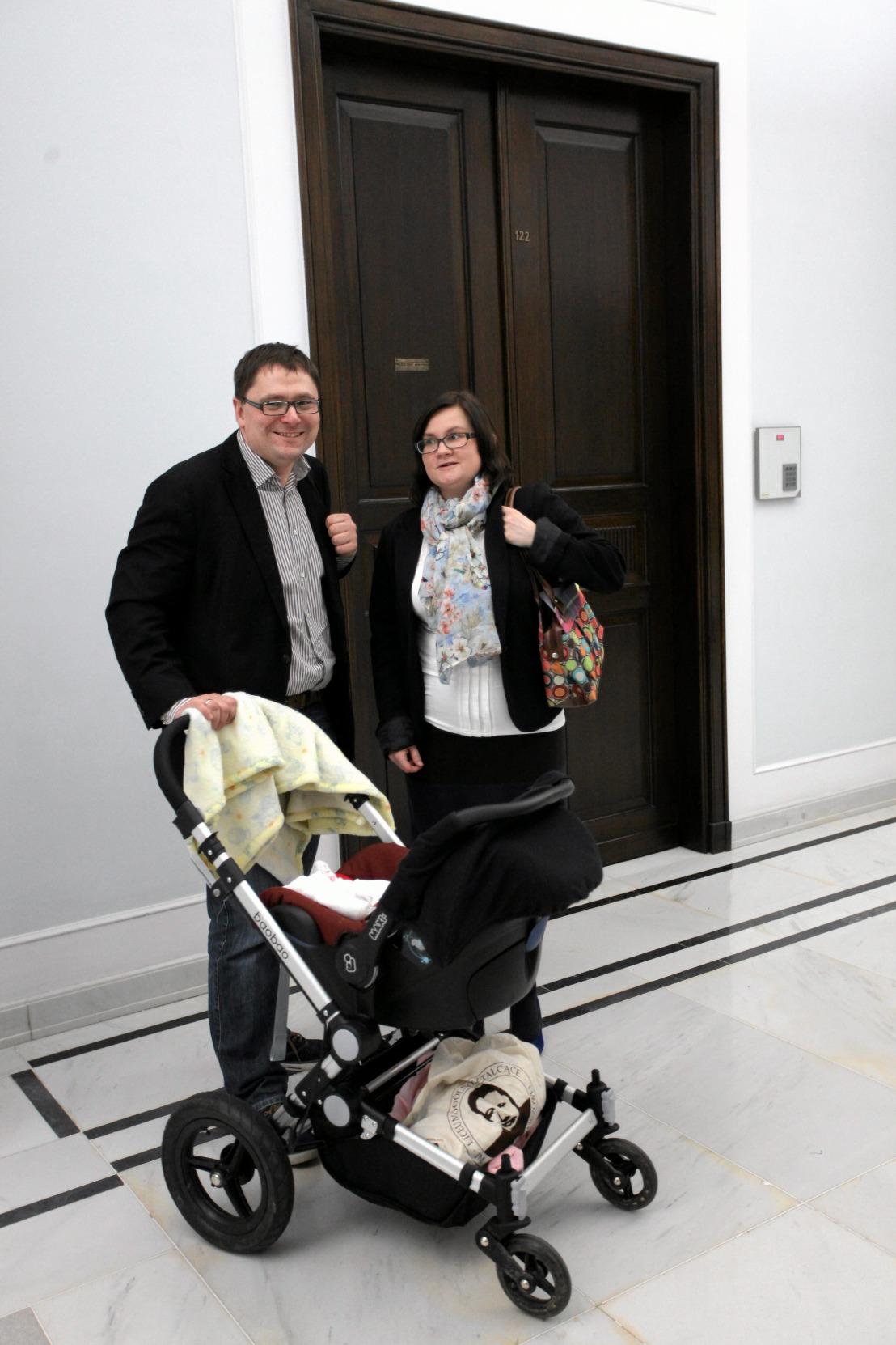 Tomasz Terlikowski z żoną Małgorzatą i trzymiesięczną córką w Sejmie