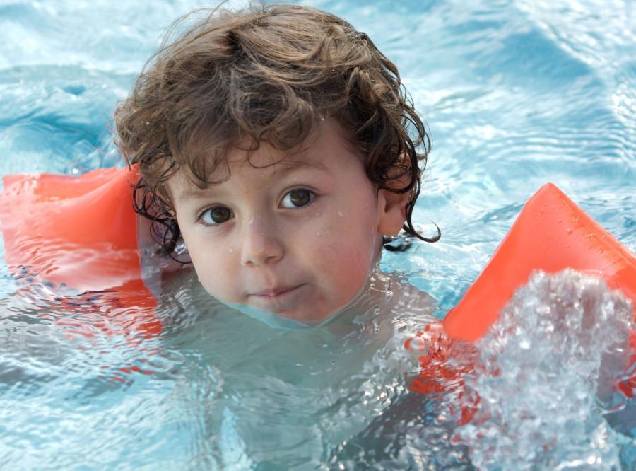 Dziecko kąpie się w basenie
