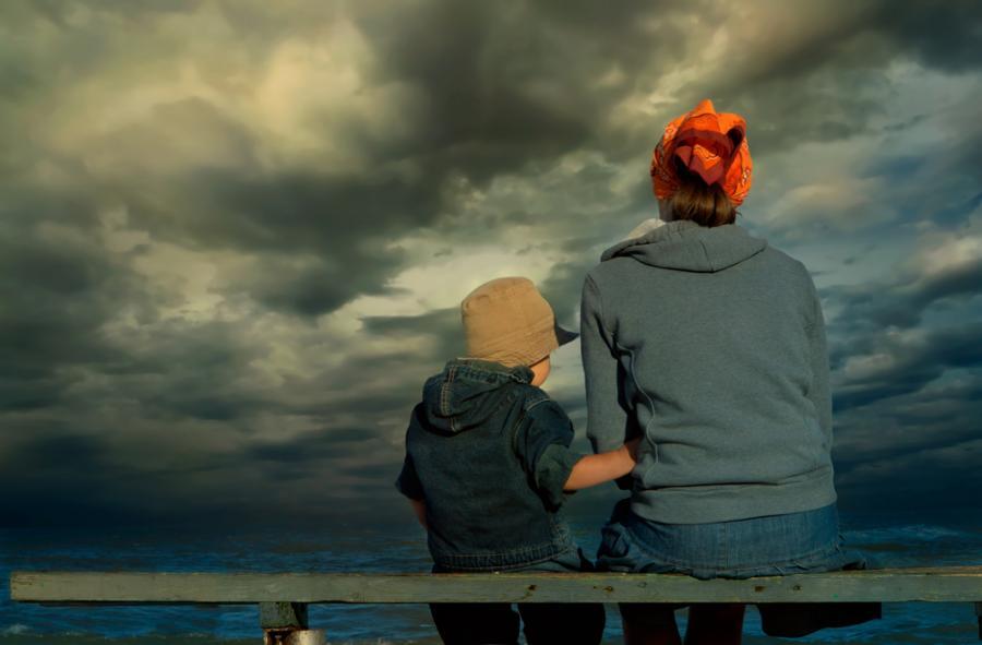 Matka z dzieckiem obserwująca nadciągającą burzę