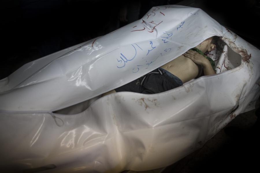 Ciało dziecka zabitego w czasie izraelskiego bombardowania