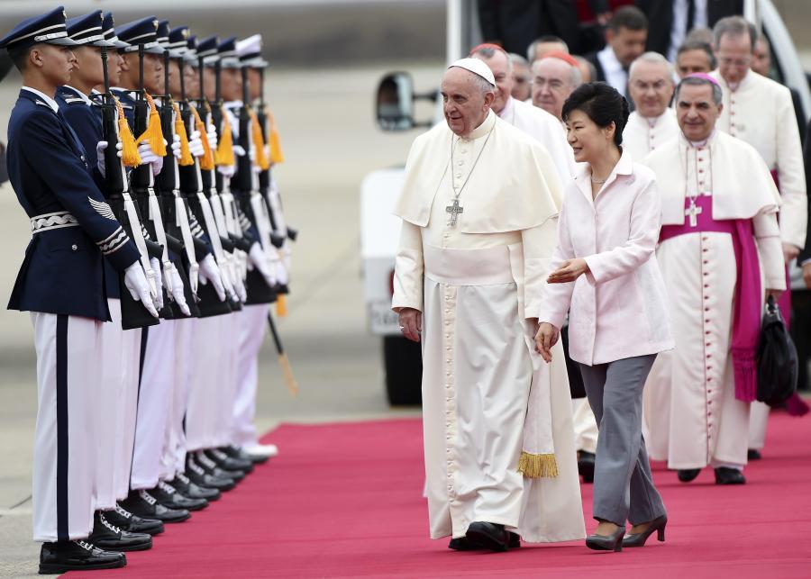 Papież Franciszek wylądował w Korei Południowej, gdzie na lotnisku w Seulu powitała go prezydent Park Gyeun-Hie